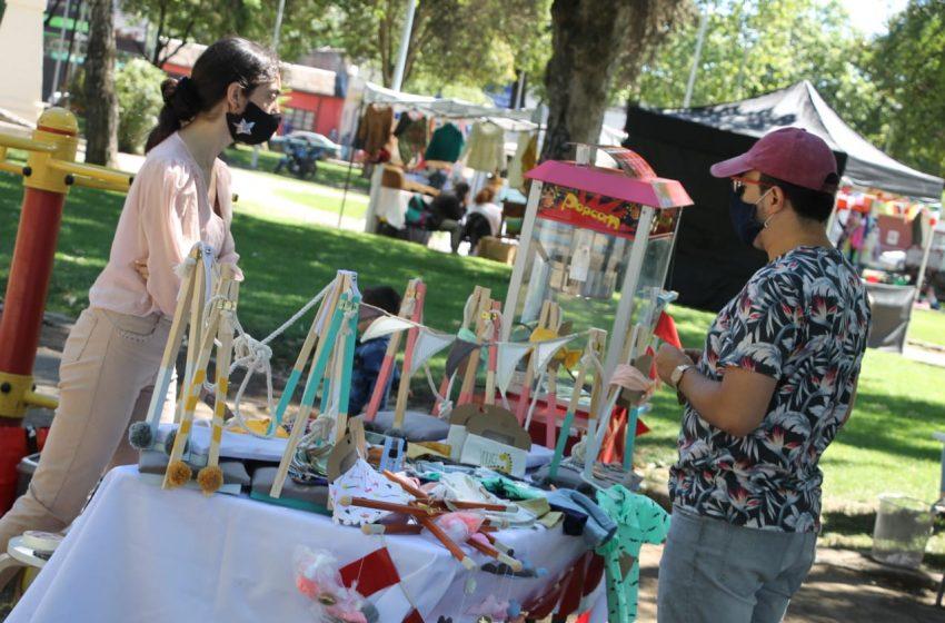 Emprendedores ofrecen sus productos en Feria Navideña de Plaza La Victoria