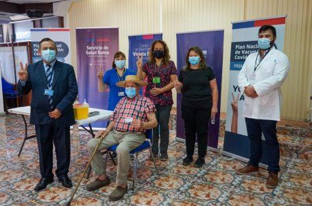 Adultos mayores de 90 años reciben la segunda dosis de la vacuna contra el Covid-19 en Ñuble